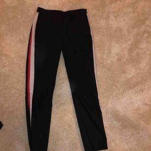 Coola svarta kostymbyxor med röd/vit rand. Storlek XS och säljer för att dem är försmå!