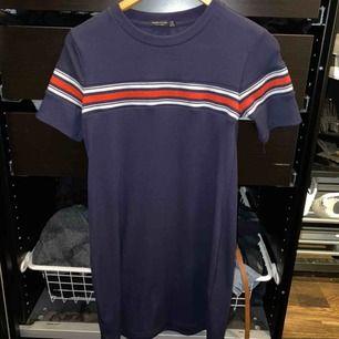 Blå t-shirtklänning (?)  Köpt från Bershka!  Frakt inkluderad i priset✨