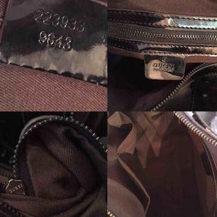 Klassisk svart Gucci väska i Guccis GG monogram. Färg: Black. Material: Imprime Leather Mått - Höjd: 28 cm. Bredd: 30 cm.Djup: 18 cm  Handtag: 30 cm, ca 12 cm upp till handen.   Finns att hämta på Södermalm. Vid leverans tillkommer frakt!