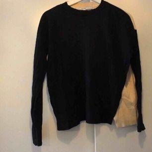 Jättesnygg tröja som har en slits som delar av färgerna på rygg och framparti! Säljer då jag har två! Frakt: 59:- 💗