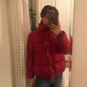 Fin och varm vinterjackan från Jacqueline de yong by ONLY i fint skick. Storlek X- small