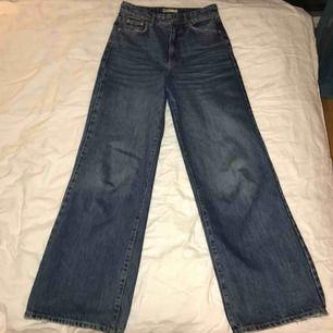 Skitsnygga vida jeans, säljer för de är för stora för mig! Köpta på ginatricot, knappt använda.