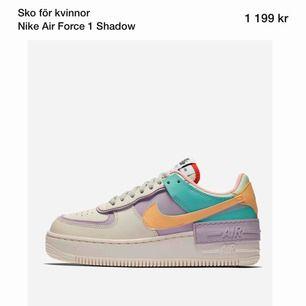SÖKER Nike Air Force 1 Shadow med pastell. Om det är någon som har dessa i 35,5 36 eller 37 hör gärna av dig.
