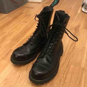 Säljer dessa knappt använda skor från Getta grip (dr martens) i storlek 38. Se andra bild för sula. Köparen står för frakt annars kan de hämtas upp i Göteborg.