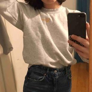 Skön sweater med snygg färg! Ett litet gult tryck på bröstet.