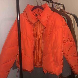 Orange/röd pufferjacka. Knappt använd! Pris kan diskuteras :)