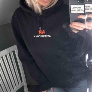 Ascool svart hoodie från H&M med tryck på både fram- och baksida👊🏽 Passar storlek S-M, frakt tillkommer☺️