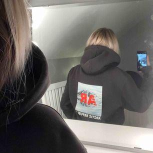 Ascool svart hoodie från H&M med tryck på både fram- och baksida👊🏽 Passar storlek S-M, frakt tillkommer☺️ (Många som ville köpa men högsta budet ligger på 250!)❤️