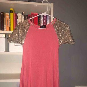Rosa/glittrig klänning köpt på Nelly.com ! Pris kan diskuteras