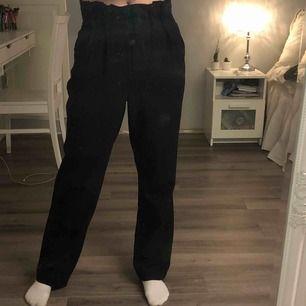 Jättebekväma och snygga kostymbyxor i svart från BikBok⚡️ Högmidjade i storlek S, frakt tillkommer☺️
