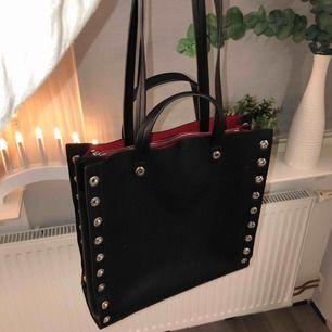 Svart väska från zara med silvriga detaljer och röd insida!💖 Både långa och korta handtag samt att den är rimlig med ett öppet fack och ett stängbart fack i mitten! Frakt tillkommer☺️
