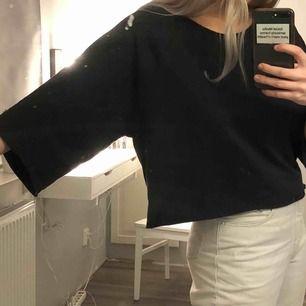 Såå cool t-shirt ifrån BikBok i svart.  En oversized modell där ärmarna är lite längre och större. Passar storlek S-L, frakt tillkommer!☺️