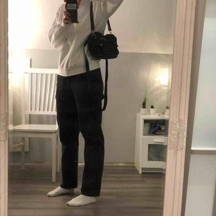 Jättefin, svart väska som jag inte minns vart den är köpt annat än i London. Väskan har ett långt och ett kort band, tre ytterfack, ett stort innerfack och ett litet innefack. (Skriv för fler bilder) Frakt tillkommer!💖
