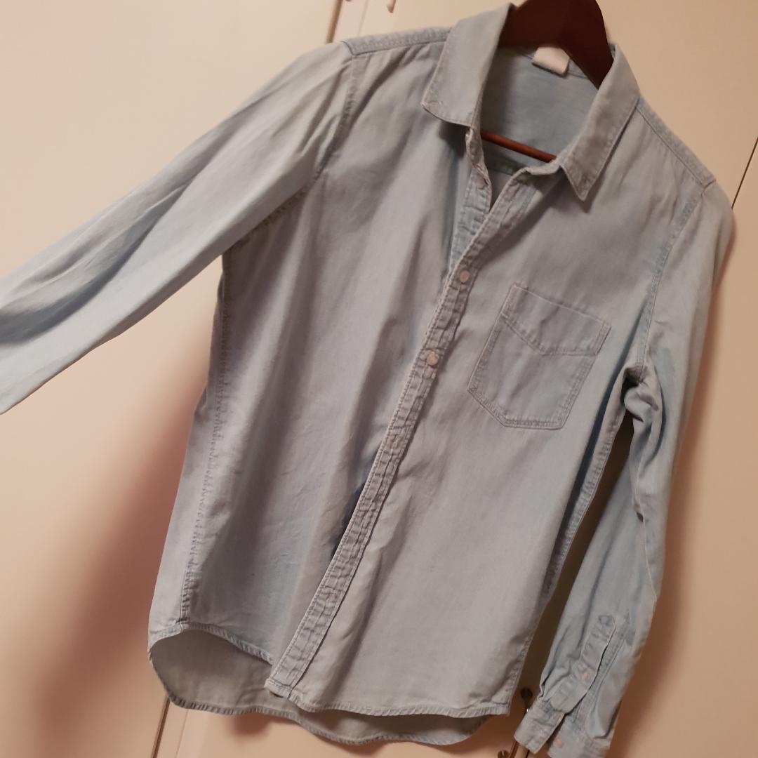 Jeans skjorta , lite oversize. Använd 2 ggr Nypris 399kr. Skor.