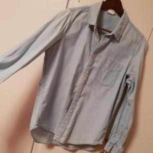 Jeans skjorta , lite oversize. Använd 2 ggr Nypris 399kr