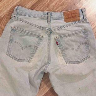 Supersnygga vintage Levis jeans med coola slitningar. Första bilden visar färgen bäst. Väldigt stora på mig som vanligtvis bär S. Dessa skulle sitta snyggt på en M/L, hör av er för exakta mått. Vid köp av flera plagg samfraktar jag, så in och kika!💕