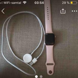 Säljer en helt ny Apple Watch i serie 4 (42mm) rosé gold, den är knappt använd men råkade tappa den och är därför sprucken