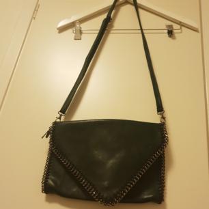 Läderväska , i mörkgrönfärg. Med silverdetaljer. Helt ny