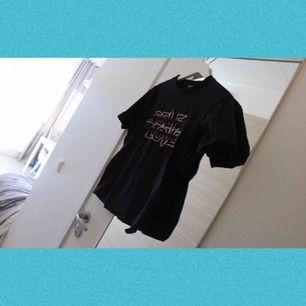 T-shirt från Monki med text self love på, aldrig använd ✨ Frakt: 42:-