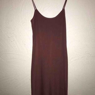 Smutsrosa klänning i stretchigt material, superskönt tyg! Det är lite glansig, så den kan både kläs upp och kläs ner💕