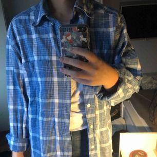 En blårutig skjorta från gap, knappt använd