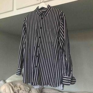Skjorta i 100% bomull. Från herravdelningen men jag har använt den som oversized (jag har vanligtvis S). Ränder i mörkblått/vitt/vinrött.   Köparen står för frakten eller hämtas i Gbg!