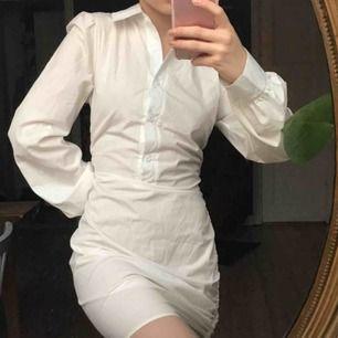 Vit skjortklänning från prettylittlething💕💕 aldrig använd och i nyskick! Tyvärr lite för stor för mig, stl 32 men skulle säga 34💗