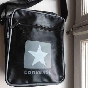 Cool väska ifrån comverse, några små hack (se bild 3) men annars i fint skick! Bandet går att anpassa i längd💕💕