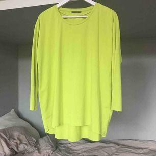 Snygg neongul (syns inte riktigt på bilderna) tröja från cos. Jag har vanligtvis S så den sitter snyggt oversized.   Meddela mig för fler bilder!