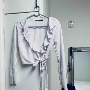 Super snygg långärmad lite kortare tröja från Boohoo