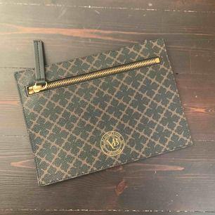 En fin liten plånbok / pennskrin / liten Necessär.  Råkade köpa två och har då ingen andvändning av denna. HELT NY! Kom med bud