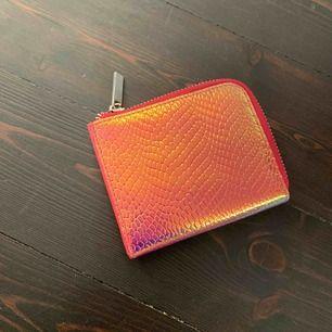"""Fin plånbok som är köpt i new york på Urban outfiter. Aldrig andvänd. Det är ett holografis mönster så de """"shimmrar""""  Ny skick"""