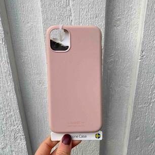 Jag säljer ett skal från Holdit.  Det passar iPhone 11. Jag säljer det pga beställde fel storlek, aldrig använt. Mycket bra skick