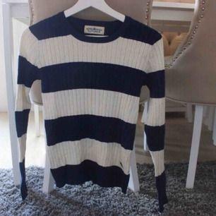 Köpte tröjan för flera år sedan och älskade den då, men använd bara två gånger cirka. Den är mjuk och stretchig, skulle säga storlek XS(står 32/34). Frakt: 59:- ✨