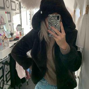 Vinter päls ifrån Zara kids passar xs, stor luva varm och väldigt fin! Säljer pga kommer inte till användning