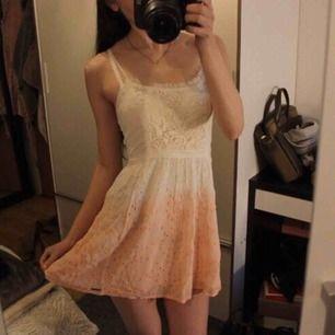 Jättesöt klänning från Abercrombie 😍 Fina färger, har för många klänningar dock. Frakt: 59:- ✨