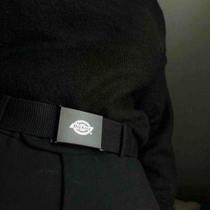 Dickies-bälte som inte har kommit till en sån stor användning från mitt håll! Det är ONE SIZE men uppskattningsvis så är längden cirka 110-120cm.  (Köparen står för frakten)