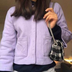 Fint skick och fin färg. Passar många olika stilar och kan bäras under alla årstider. Ett tips är att ha hoodie under (som på bilderna).
