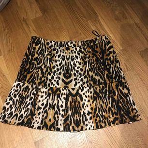 Leopardkjol. Blixtlås bak. Köparen står för frakt