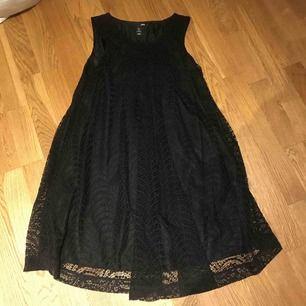 Ny klänning i fodrad spets.  Köparen står för frakt