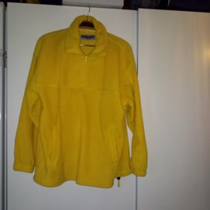 Supermysig fleecetröja i fin gul färg. Märkt med storlek S men passar upp till L/XL.