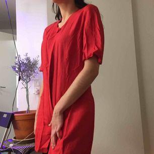 Röd klänning från GiGi Modette.  (っ◔◡◔)っ MÅTT: Byst: 44cm Längd: 78cm Ärm: 27cm Midja: 39,5 cm