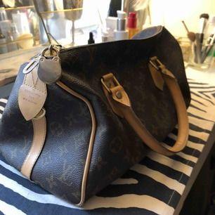 En oäkta Louis Vuitton speedy bag! Väldigt bra skick!  Köparen står för frakt!