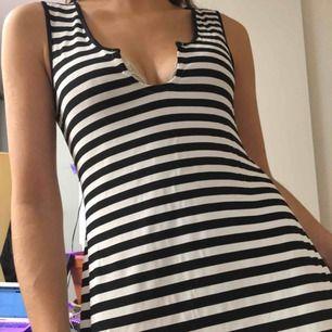 Svart/vit-randig stretchig långklänning i vad jag skulle gissa är viskos.   (っ◔◡◔)っ MÅTT: Byst: 37cm Längd: 125cm