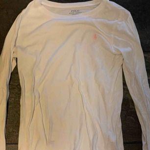 En helt vanlig vit tröja från Ralph Lauren näst intill oanvänd, säljer pga att jag inte använder längre.