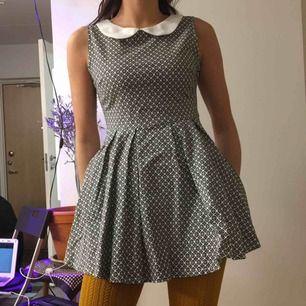 Svart/vit 60-tals klänning från London med krage och dragkedja i sidan.  (っ◔◡◔)っ MÅTT: Byst: 43cm Längd: 70cm
