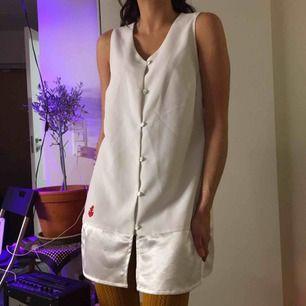 Vit skimrande klänning i 100% polyester.  (っ◔◡◔)っ MÅTT: Byst: 36cm Längd: 74cm