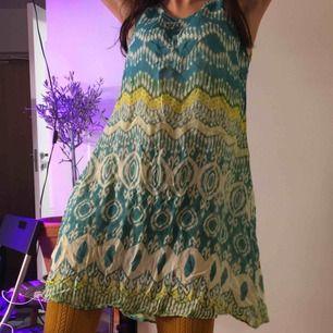 Grön/turkos/mönstrad tunn klänning från Indiska i 100% Viskos.  (っ◔◡◔)っ MÅTT: Byst: 46cm Längd: 86cm