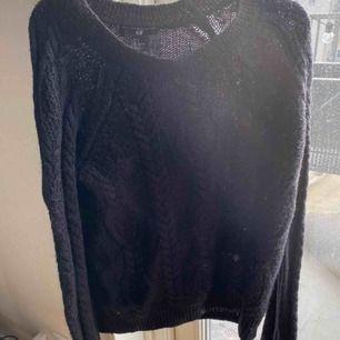 Stickad basic tröja ifrån H&M. Supervarm och mysig! Skickas eller hämtas upp i Sölvesborg. Köparen står för frakten.