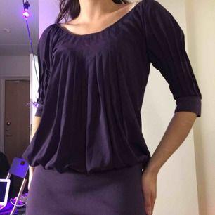 Mörklila klänning från Diane Von Furstenberg i 65% Bomull och 35% Polyester.  (っ◔◡◔)っ MÅTT: Byst: 44,5cm Längd: 75cm Ärm: 39cm